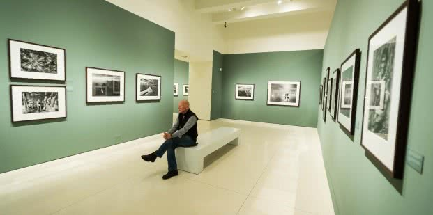 Sebastião Salgado visita 'Génesis', la exposición que le dedica CaixaForum Madrid hasta el 4 de mayo.