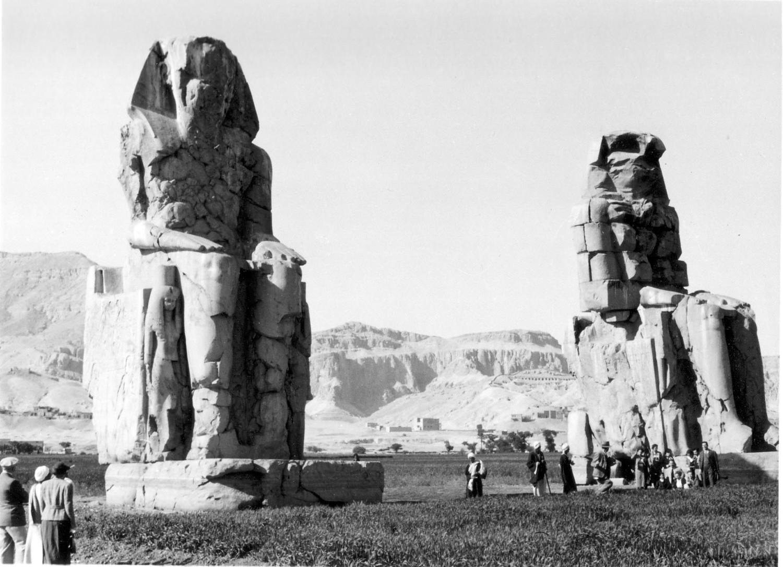 Los Colosos de Memnon. Anónimo. Colección Egipto 1930. Fundación Sophia.