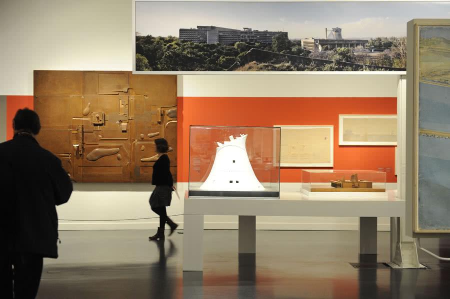 Comisariada por Jean-Louis Cohen, especialista en la obra de Le Corbusier, la muestra reúne 215 objetos para dar a conocer todas las dimensiones del proceso artístico de Le Corbusier.