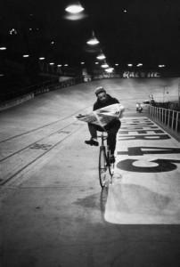 """Henri Cartier-Bresson. Course cycliste """"Les 6 jours de Paris"""". Vélodrome d'Hiver, París."""