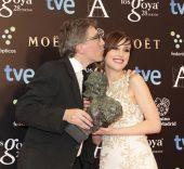 Dos de los triunfadores de la noche: Natalia de Molina y David Trueba posan con sus Goya.