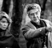 El director Alain Resnais en el rodaje de 'Providence', junto a Ellen Burstyn. 1977