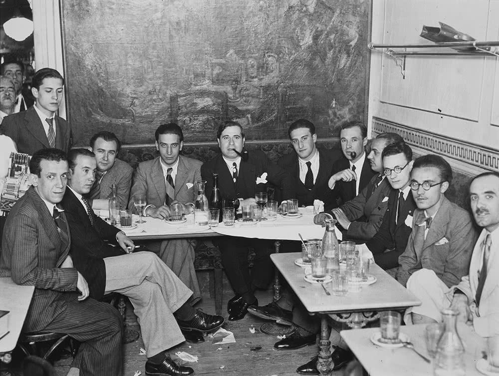 Alfonso, Tertulia del Café del Pombo. Ramón Gómez de la Serna, presidiendo la tertulia de la botillería de Pombo, 1932. Museo Nacional Centro de Arte Reina Sofía, Madrid