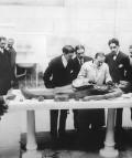 El doctor Gustavo Pittaluga practicando una autopsia en presencia, entre otros de Teófilo Hernando y Gregorio Marañón, hacia 1910. Fundación José Ortega y Gasset-Gregorio Marañón, Madrid