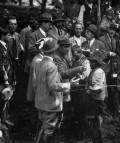 Marañón reconoce, en presencia del rey, a varios enfermos de Casares, Las Hurdes, 1922 (detalle). Fotógrafo Campúa, Fundación José Ortega y Gasset-Gregorio Marañón, Madrid.