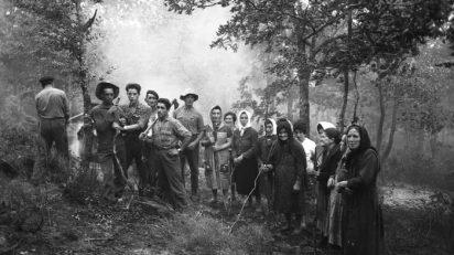Piedad Isla. A Huebra limpiando el monte. 1962. Fundación Piedad Isla y Juan Torres.