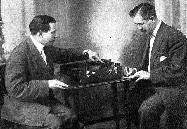 Mónico Sánchez, a la izquierda, con su máquina de rayos X.