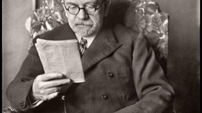 MORENO. Don Pío Baroja retratado leyendo en estudio del pintor Echevarría. Hacia 1930. (Fototeca del Instituto del Patrimonio Cultural de España, MECD)