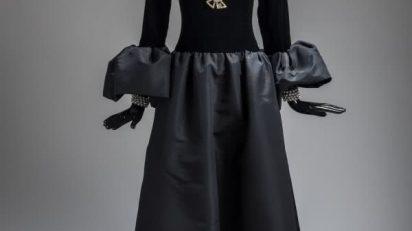 Hubert de Givenchy. Vestido de noche negro, con cuerpo en terciopelo y falda en faya a juego con los volantes de los puños. 1993.