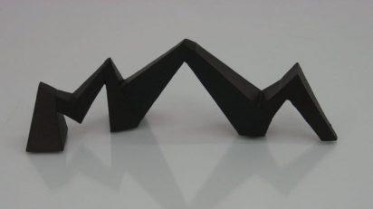 Mathias Goeritz, La serpiente de El Eco, variante, s/f. Cartón ensamblado y policromado, 11,5 x 32 x 9,5 cm. Cortesía de La Caja Negra.