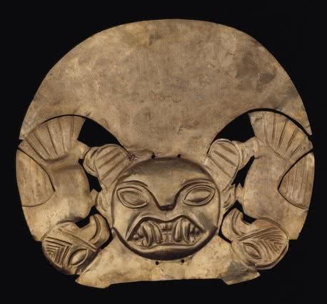 Corona con rostro de felino y guacamayos, mochica. Época Auge (1-800 d. C.). Museo Larco Herrera, Perú. © Archivo Museo Larco Herrera.