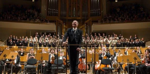 Foto: El maestro Rafael Frühbeck de Burgos junto a la OCNE, el 20 de diciembre de 2013 al concluir el concierto en el que se interpretó el Carmina Burana de Carl Orff.