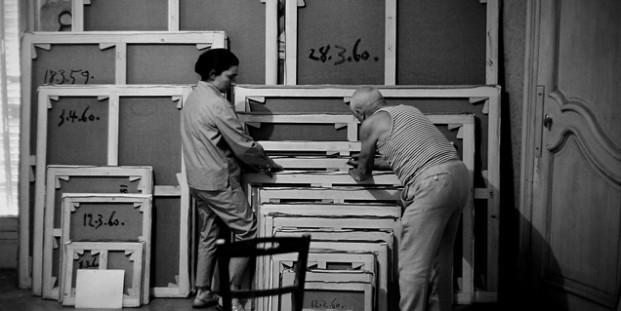 David Douglas Duncan. Picasso firmando sus obras, 1960.