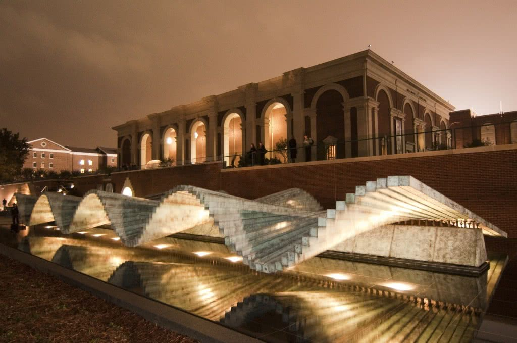 Meadows Museum. Fachada con la obra de Santiago de Calatrava, Wave, 2002