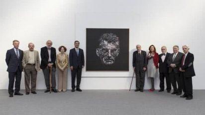 El jurado posa ante la obra de Daniel Merlín, ganadora del 29 Premio BMW de Pintura.