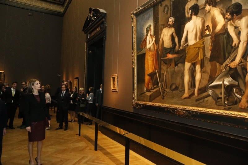 Doña Letizia durante el recorrido por la exposición 'Velázquez'.