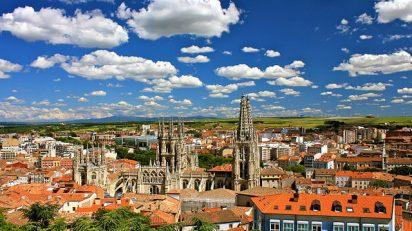 «Burgos city view facing south east» de Jardoz - Trabajo propio. Disponible bajo la licencia Creative Commons Attribution-Share Alike 3.0 vía Wikimedia Commons.