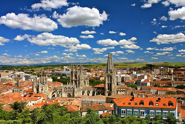 «Burgos city view facing south east» de Jardoz - Trabajo propio. Disponible bajo la licencia Creative Commons Attribution-Share Alike 3.0 vía Wikimedia Commons.