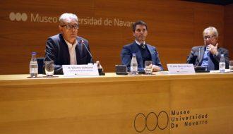 Valentín Vallhonrat, representante del Comité de Dirección Artística; Jaime García del Barrio, director general del Museo Universidad de Navarra, y José Manuel Garrido, miembro del Comité de Dirección Artística y programador de Artes Escénicas.