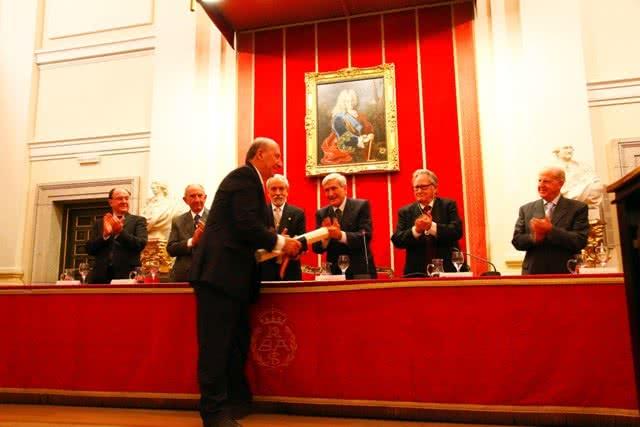 El presidente de la Fundación Santa María la Real, José María Pérez 'Peridis', recoge de manos del director de la Real Academia de Bellas Artes de San Fernando la Medalla de Honor 2014 de la Corporación académica.
