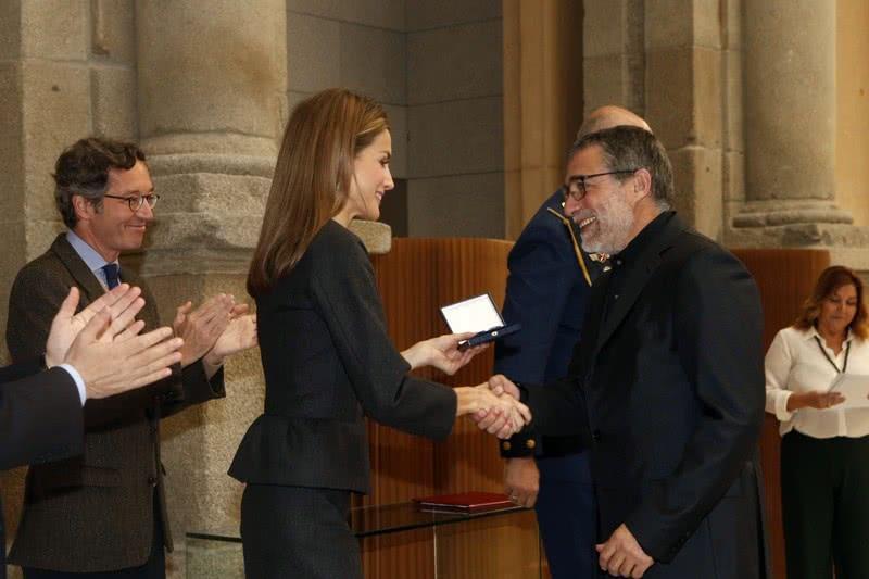 Su Majestad la Reina entrega el Premio Velázquez de las Artes Plásticas 2013 a Jaume Plensa. © Casa de S.M. el Rey / Borja Fotógrafos.