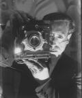 Gabriel Casas, Autoretrat del fotògraf amb la seva càmera fotogràfica, en un interior, 1931, Arxiu Nacional de Catalunya.