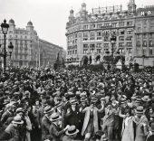 Alexandre Merletti Guaglia. Multitud bailando sardanas en la plaza de Cataluña, 1920/1930