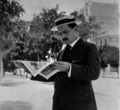 José Ortega y Gasset leyendo la noticia del inicio de la Primera Guerra Mundial ante la sede de la Residencia de Estudiantes.
