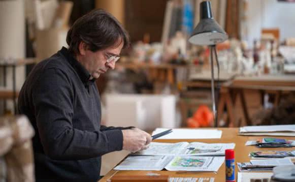 Ignasi Aballí trabajando en su estudio © Fundació Joan Miró, Barcelona. Foto: Pere Pratdesaba