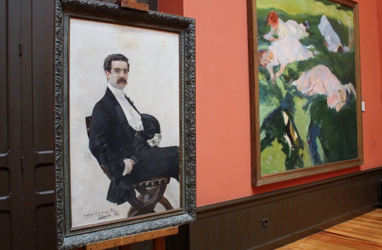 Vista de sala con 'Retrato de Don Juan Antonio García del Castillo', 1887, a la izquierda. Foto: Sonia Aguilera.