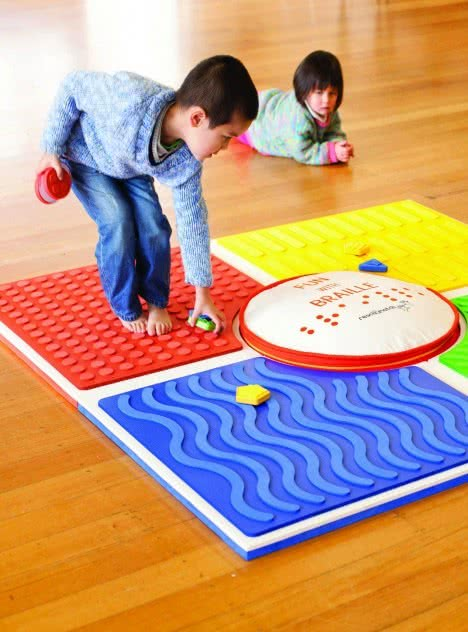 Alfombra para introducir a los niños al lenguaje braille. Reach and Match Learning Kit. Mandy Lau Reach and Match Pty Ltd. Victoria. AU, 2014
