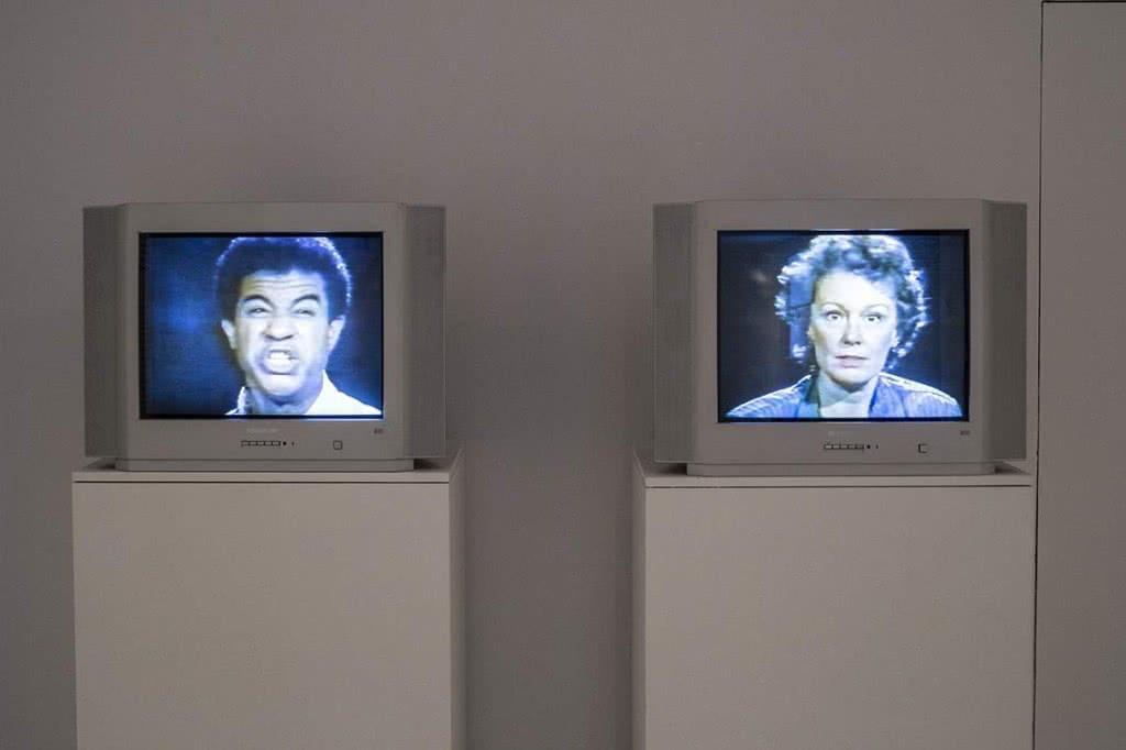 Bruce Nauman. Good Boy Bad Boy, 1985 Instalación de cintas de vídeo, cintas de audio y neón