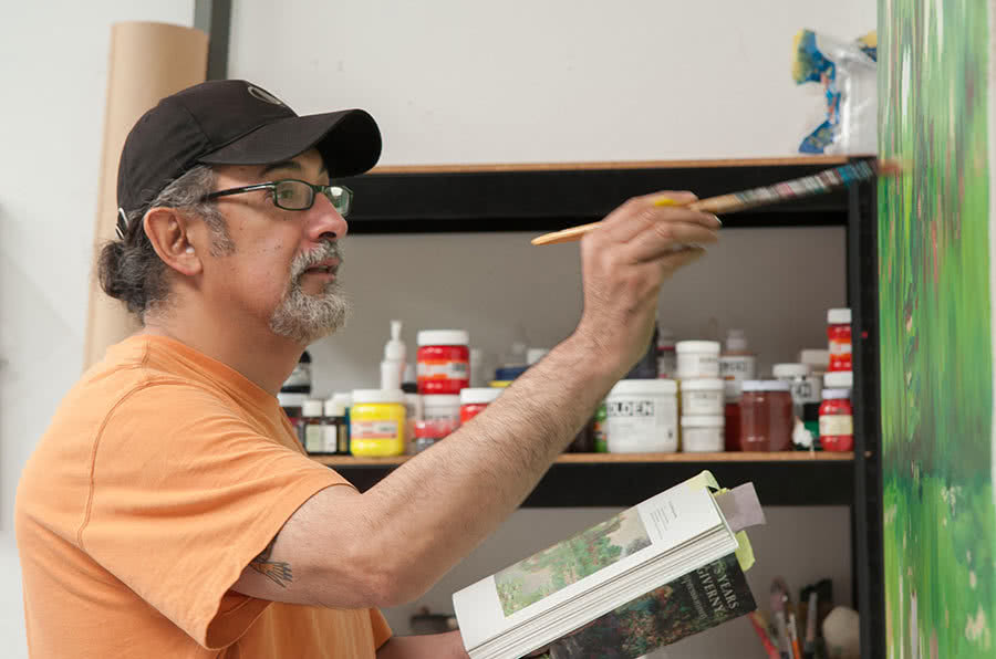 Enrique Chagoya en su estudio. Foto Eugenio Castro