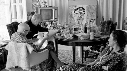 Roberto Otero. Pablo Picasso y William Hartmann, observados por Jacqueline.