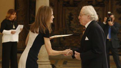 La reina entrega a Alberto Schommer el Premio Nacional de Fotografia.