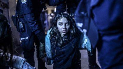 """Bulent Kilic ha ganado el World Press Photo en la categoría de """"Noticias de actualidad"""". La fotografía muestra a una joven durante los disturbios entre manifestantes y policía ocurridos en Estambul."""