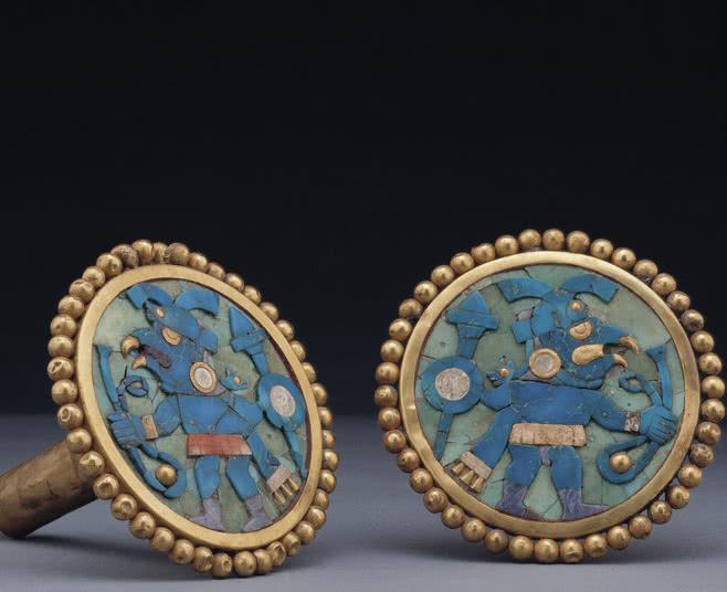 Orejeras con representación de ave guerrera, época Auge (1 d. de C. - 800 d. de C.). © Archivo Museo Larco.