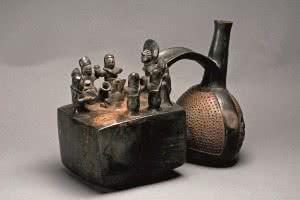 Vasija ceremonial silbadora que representa una escena de una ceremonia de consumo de chicha, danza y culto al ancestro. Chimú, 1100 – 1470 d.C. Cerámica.