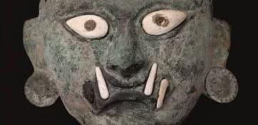 Máscara funeraria con el rostro de Ai Apaec. Mochica, 100 – 800 d.C. Cobre © Archivo Museo Larco