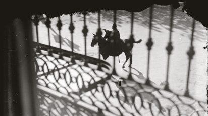 Gabriel Casas, Policía a caballo durante la huelga general, 1930, Arxiu Nacional de Catalunya.