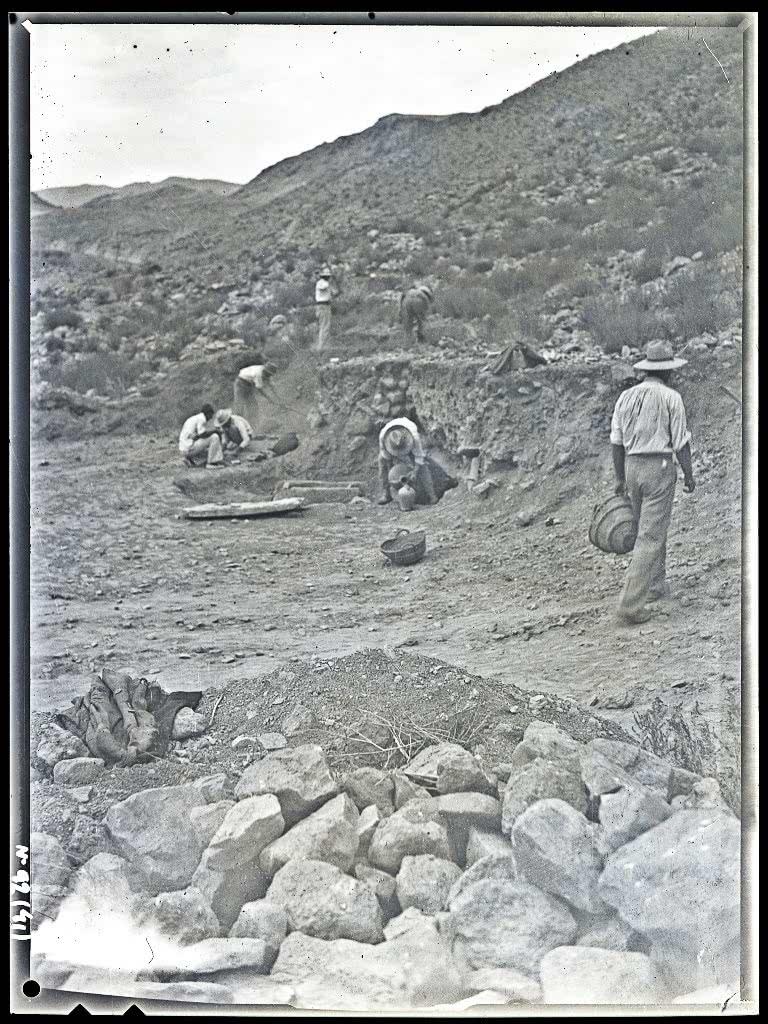 Excavación de tumbas en La Bastida, 1944. Archivo MAN
