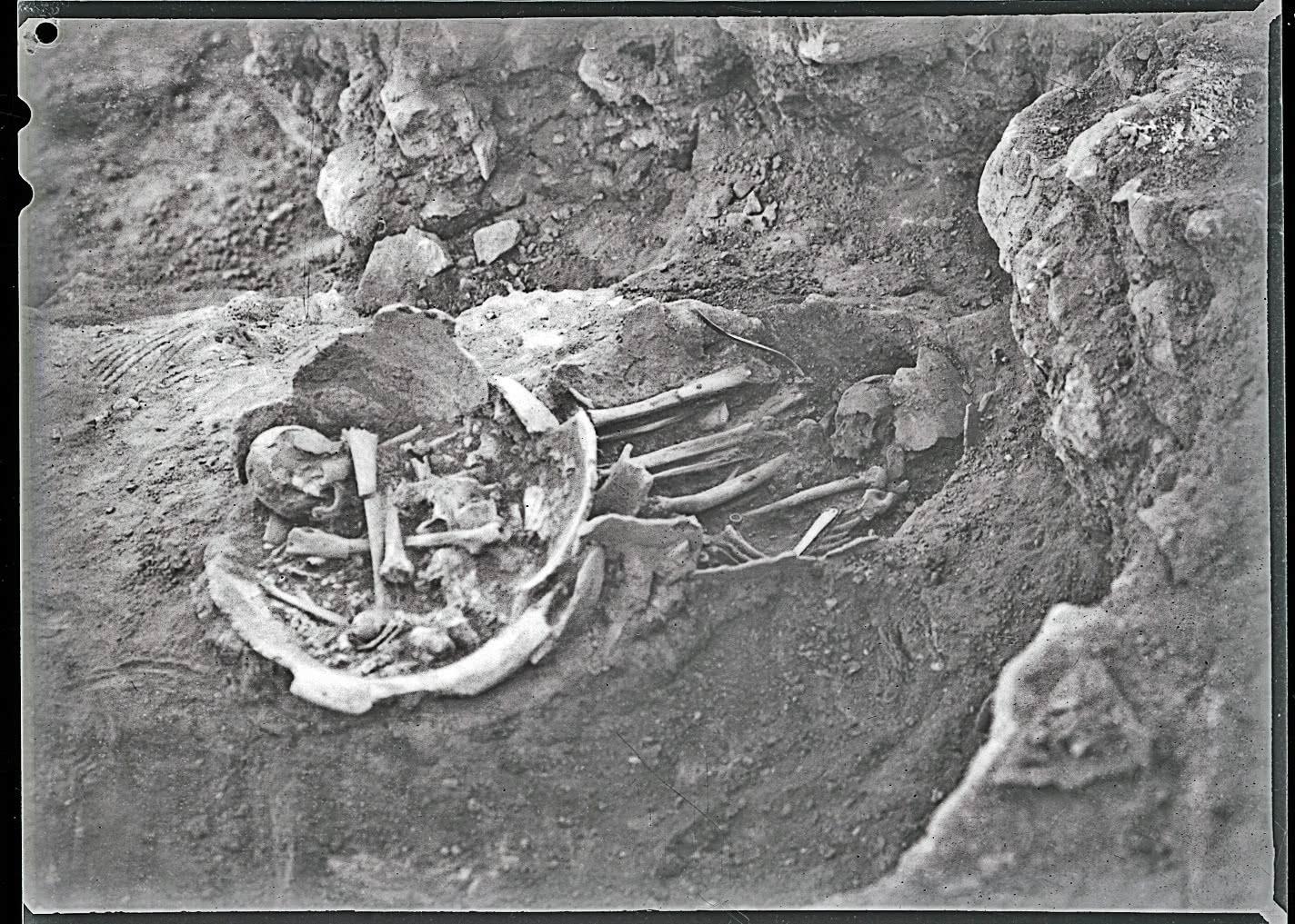 Tumbas 2 y 3 de inhumación en urna en La Bastida, 1950. Archivo MAN
