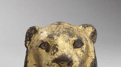 Elemento de un mueble en forma de cabeza de león. Madera de taray (Tamarix aphylla).