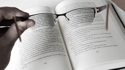 Buch und Brille. Foto: Dennis Lucht / Flickr: https://www.flickr.com/photos/131079988@N04/16794580186.
