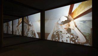 JANE & LOUISE WILSON (Newcastle, 1967). Unfolding The Aryan Papers, 2009. Desplegando 'Los papeles arios'. Instalación audiovisual de película 16 mm transferida a HD CAM, color, sonido y espejos. Centro de Artes Visuales Fundación Helga de Alvear Cáceres.