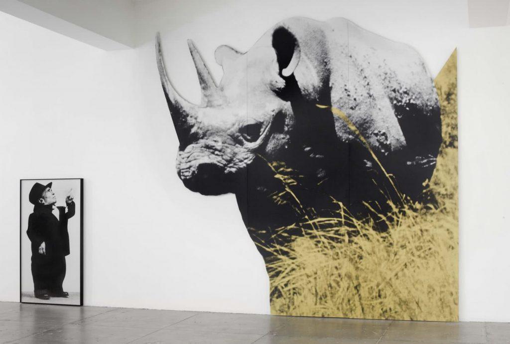 John Baldessari. Enano y rinoceronte (Con Gran Forma Negro) Con Historia Cordero Llamado, 1989 (2013)