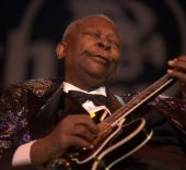 «B.B. King in 2009» de Tom Beetz - http://www.flickr.com/photos/9967007@N07/6577873073. Disponible bajo la licencia CC BY 2.0 vía Wikimedia Commons.