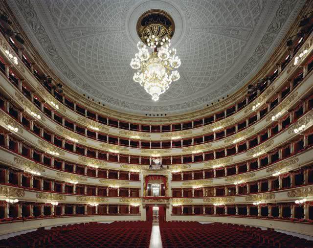La Scala, Milano. Italy. Fujicolor crystal archive. 127 x 152,4 cm. Autor. David Leventi.