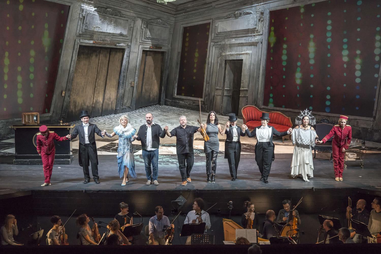 Los actores se despiden tras interpretar 'Narciso' en Innsbruck. Foto: Rupert Larl/Innsbrucker Festwochen der Alten Musik.