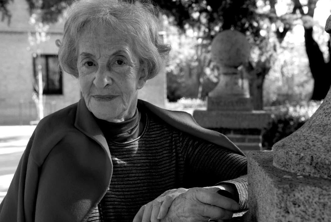 Ida Vitale en los jardines de la Residencia de Estudiantes, octubre de 2008. ARCHIVO DE LA RESIDENCIA DE ESTUDIANTES.